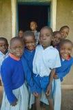 Dzieci w błękitnych mundurach przy szkołą blisko Tsavo parka narodowego, Kenja, Afryka Obrazy Stock