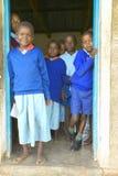 Dzieci w błękitnych mundurach przy szkołą blisko Tsavo parka narodowego, Kenja, Afryka Zdjęcia Stock