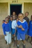 Dzieci w błękitnych mundurach przy szkołą blisko Tsavo parka narodowego, Kenja, Afryka Fotografia Royalty Free