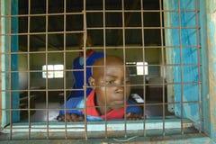Dzieci w błękitnych mundurach w okno przy szkołą blisko Tsavo parka narodowego, Kenja, Afryka Fotografia Royalty Free