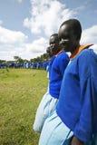 Dzieci w błękitnym uszeregowaniu przy szkołą blisko Tsavo parka narodowego, Kenja, Afryka Zdjęcia Stock