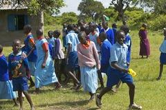 Dzieci w błękitnym uszeregowaniu przy szkołą blisko Tsavo parka narodowego, Kenja, Afryka Zdjęcie Royalty Free