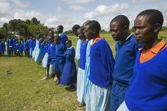 Dzieci w błękitnym uszeregowaniu przy szkołą blisko Tsavo parka narodowego, Kenja, Afryka Zdjęcia Royalty Free