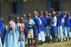 Dzieci w błękitnym uszeregowaniu przy szkołą blisko Tsavo parka narodowego, Kenja, Afryka Obrazy Stock