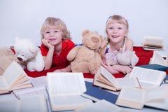 Dzieci w białym studiu obrazy stock