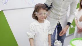 Dzieci w chemii klasie robią eksperymentowi z ogieniem zdjęcie wideo