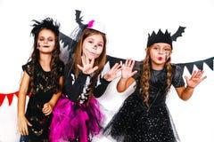 Dzieci w Halloween kostiumach pokazują śmieszne twarze fotografia stock