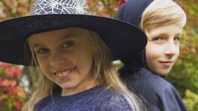 Dzieci w Halloweenowych kostiumach pozuje dla kamery, przygotowanie dla strasznego przyjęcia zbiory wideo