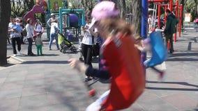 Dzieci w huśtawce zbiory wideo