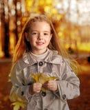 Dzieci w jesień parku Zdjęcia Royalty Free