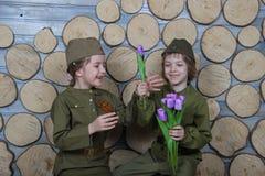 Dzieci w kamuflaży mundurach przy świętowaniem mogą 9 w Rosja zwycięstwa dniu fotografia stock