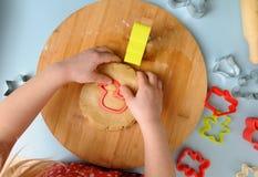 Dzieci w kuchni Małej dziewczynki tnący dought z ciastka cutt obraz royalty free