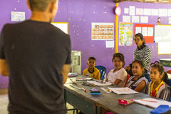 Dzieci w lekci przy szkołą projektów Kambodżańskimi dzieciakami Dbają pomagać pozbawiających dzieci w pozbawiających terenach z e Fotografia Stock