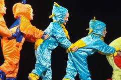 Dzieci w śmiesznych barwionych kombinezonów obcych tanczy na scenie Obrazy Royalty Free
