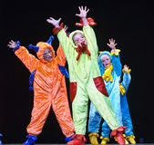 Dzieci w śmiesznych barwionych kombinezonów obcych tanczy na scenie Zdjęcia Royalty Free