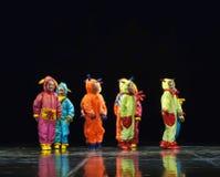 Dzieci w śmiesznych barwionych kombinezonów obcych tanczy na scenie Fotografia Royalty Free