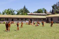 Dzieci w mundurach bawić się w cortyard szkoła podstawowa w obszarze wiejskim blisko Arusha, Tanzania, Afryka Obrazy Royalty Free