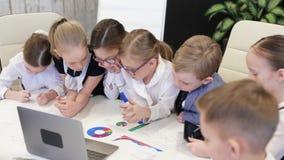 Dzieci W Nowożytnym biurze Dyskutują projekt zbiory wideo