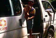 Dzieci w opieka samochodzie dostawczy, Kosowo Obrazy Stock