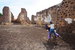 Dzieci w ruinach Obraz Royalty Free