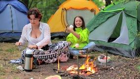 Dzieci w wieczór w lesie przy pożarniczymi prażaków marshmallows zbiory wideo