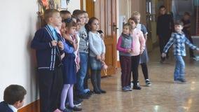 Dzieci w wieku szkolnym przy recesją w korytarzu zbiory