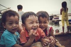 Dzieci w wioski rybackiej bawić się Fotografia Royalty Free