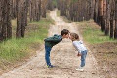 dzieci wpólnie target935_1_ Zdjęcia Royalty Free