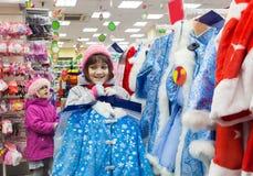 Dzieci wybiera nowego roku ` s wigilii strój w sklepie obraz royalty free