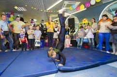 Dzieci wykonują gimnastycznych ćwiczenia obraz royalty free