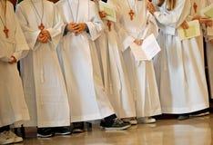 Dzieci z białą tuniką podczas religijnego obrządku Pierwszy Obraz Stock