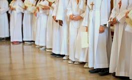 Dzieci z białą tuniką podczas religijnego obrządku Pierwszy Obrazy Stock