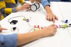 Dzieci z budynku zestawem przy robotyki szkołą Obraz Royalty Free