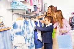 Dzieci z ich macierzysty robić zakupy wpólnie fotografia stock