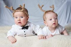 Dzieci z jelenimi rogami na jaskrawym tle zdjęcie stock
