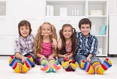 Dzieci z kolorowymi skarpetami Obrazy Stock