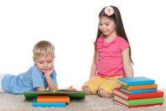 Dzieci z książkami na podłoga obrazy royalty free