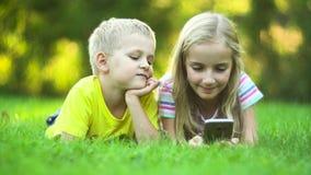 Dzieci z mądrze telefonu ooutside zdjęcie wideo
