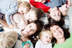 Dzieci z mamami Zdjęcia Stock