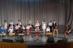 Dzieci z nauczycielem bawić się na tradycyjnych instrumentach muzycznych Fotografia Royalty Free