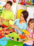 Dzieci z nauczycielem przy sala lekcyjną. Obrazy Royalty Free