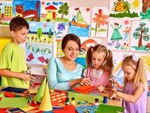 Dzieci z nauczycielem przy sala lekcyjną Fotografia Stock