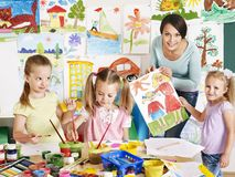 Dzieci z nauczycielem przy szkołą.