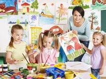 Dzieci z nauczycielem przy szkołą. Obraz Stock