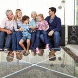 Dzieci z rodzicami i dziadkami z pastylka pecetem Zdjęcie Royalty Free
