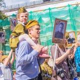 Dzieci z rodzicami w akcji «Nieśmiertelny pułk «z portretami krewni zabijać w drugiej wojnie światowej obrazy royalty free