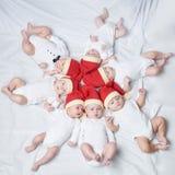 Dzieci z Santa kapeluszami na jaskrawym tle fotografia stock