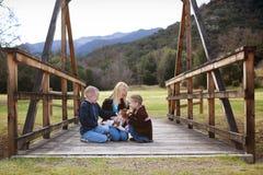 Dzieci z szczeniakiem Fotografia Royalty Free