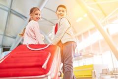 Dzieci z walizkami przy lotniskiem przed odjazdem obraz royalty free