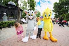 Dzieci z wielkim kotem i kurczakiem Obrazy Royalty Free